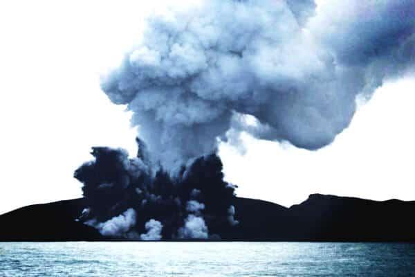 volcan en plena erupcion